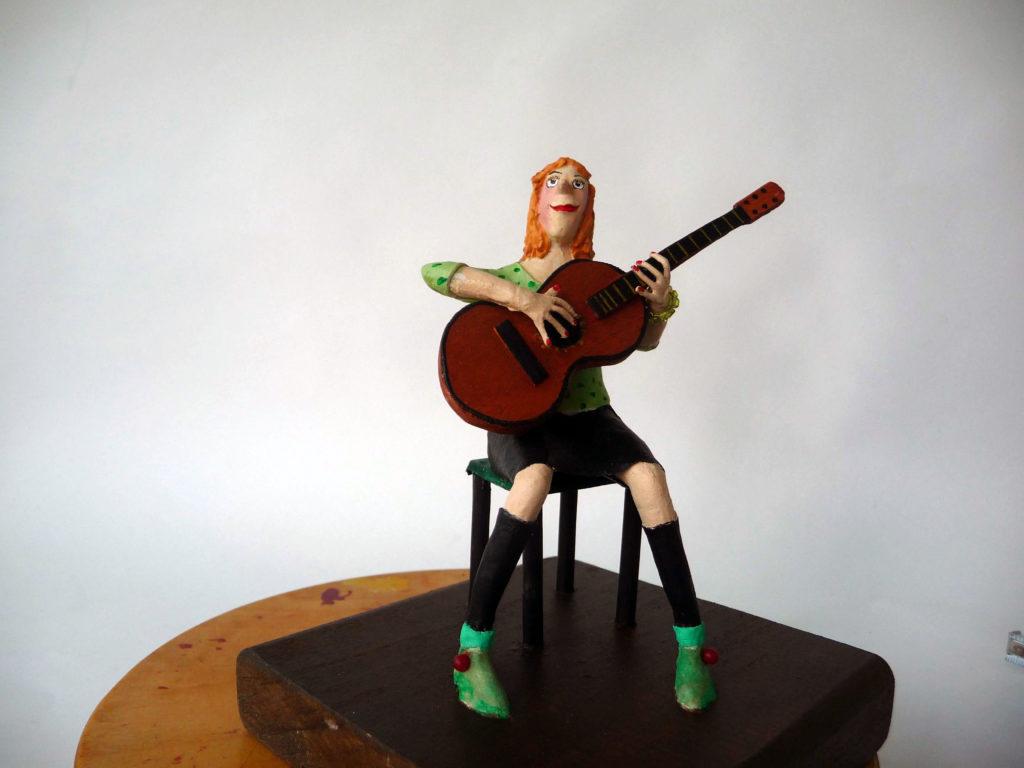 Roodharige vrouw met gitaar